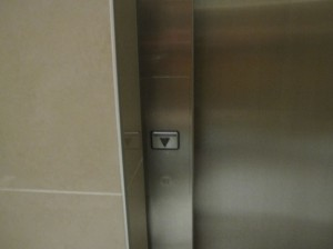 下方向への呼び出ししかできないエレベータ