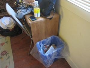 机のそばのゴミ箱
