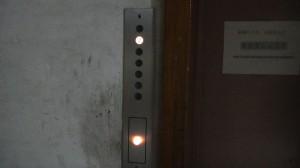 4階まで歩くのはしんどいのでエレベータ