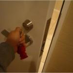 ドアはひねったままじゃないとあかない