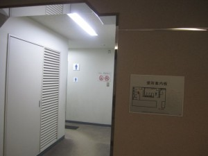 通路の先には男性用トイレ