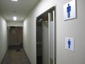 通路の先に女性用トイレ