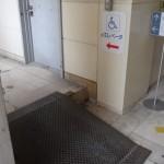 車椅子用のエレベータはこちら