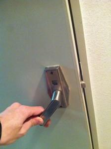 ドアを開けようとしているところ