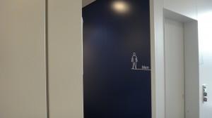 男性用トイレへのアプローチに