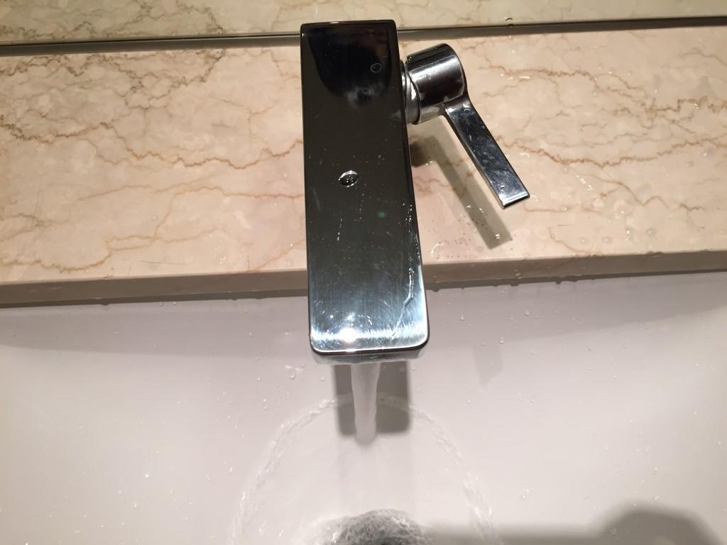 右に動かすと水が出る!