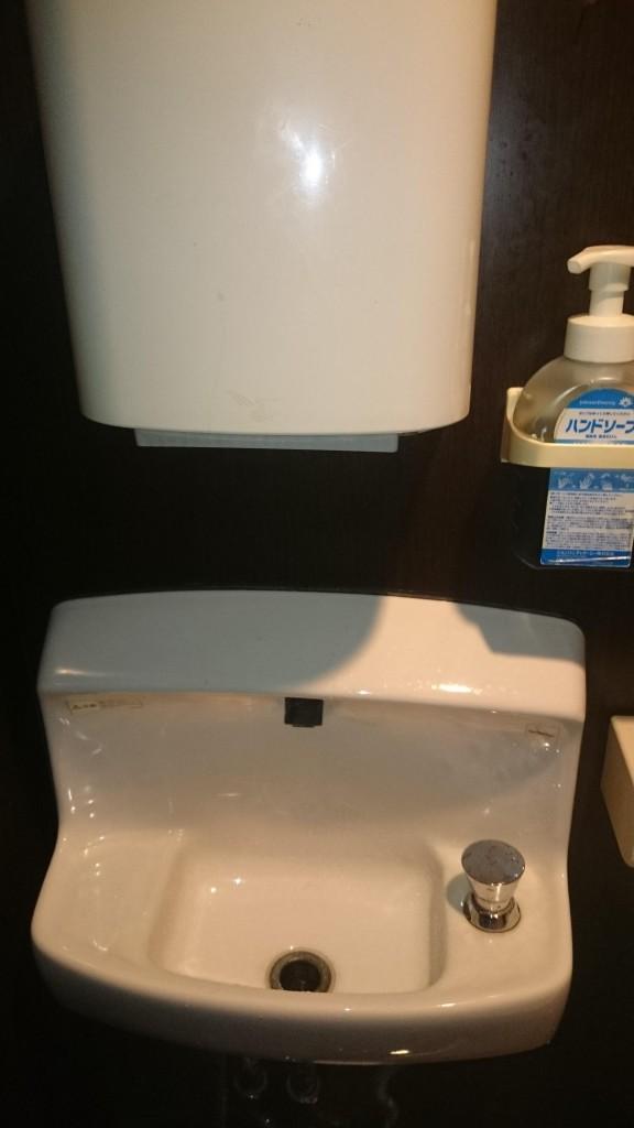 手指乾燥機と手洗い所