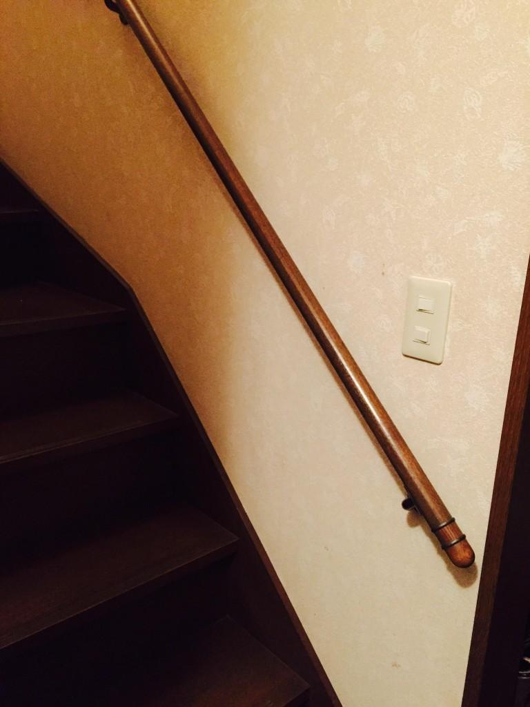 階段の下に取り付けられた照明のスイッチ